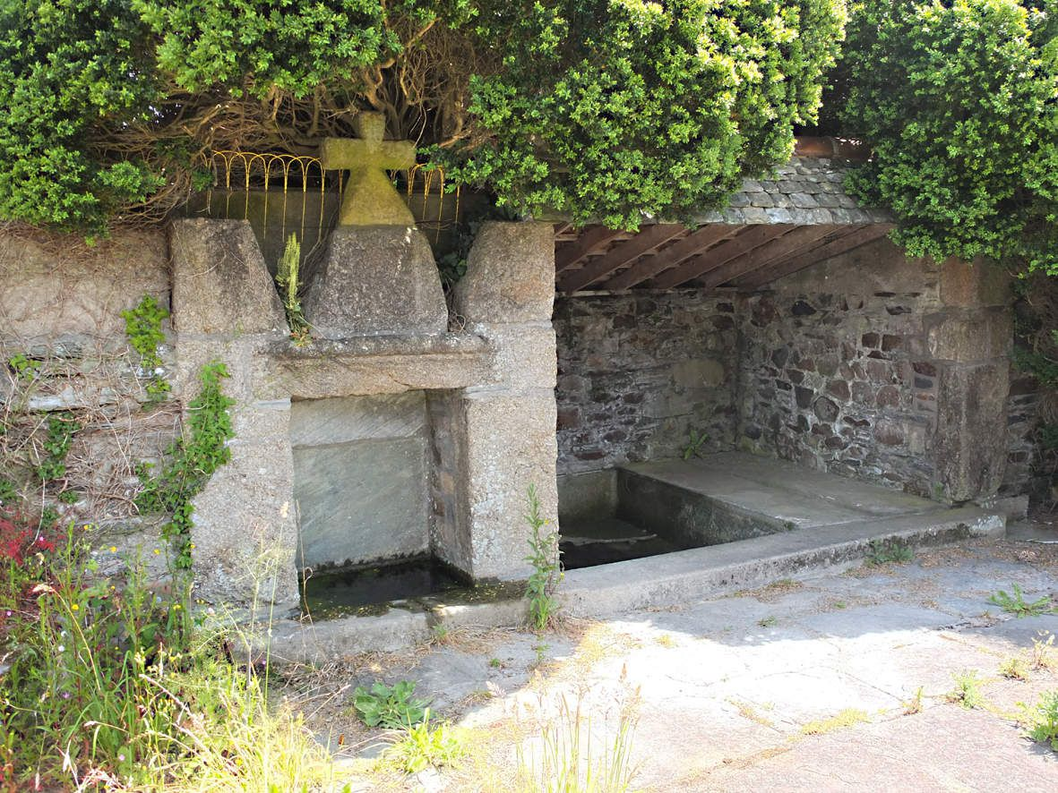 PLESTIN-LES-GREVES : Fontaine du Peulven 2