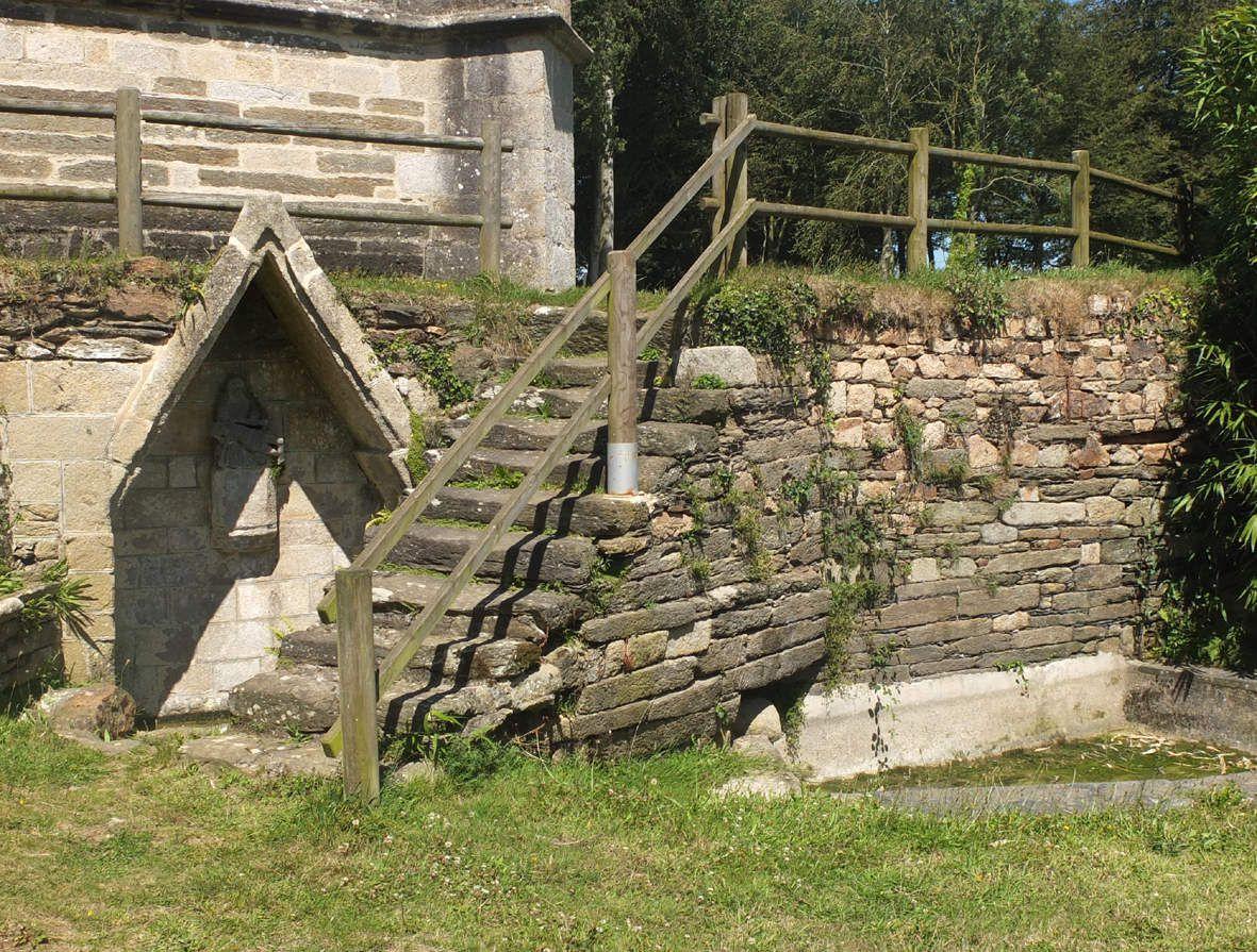 PLOUVORN : Fontaine et lavoir Notre-Dame-de-Lambader