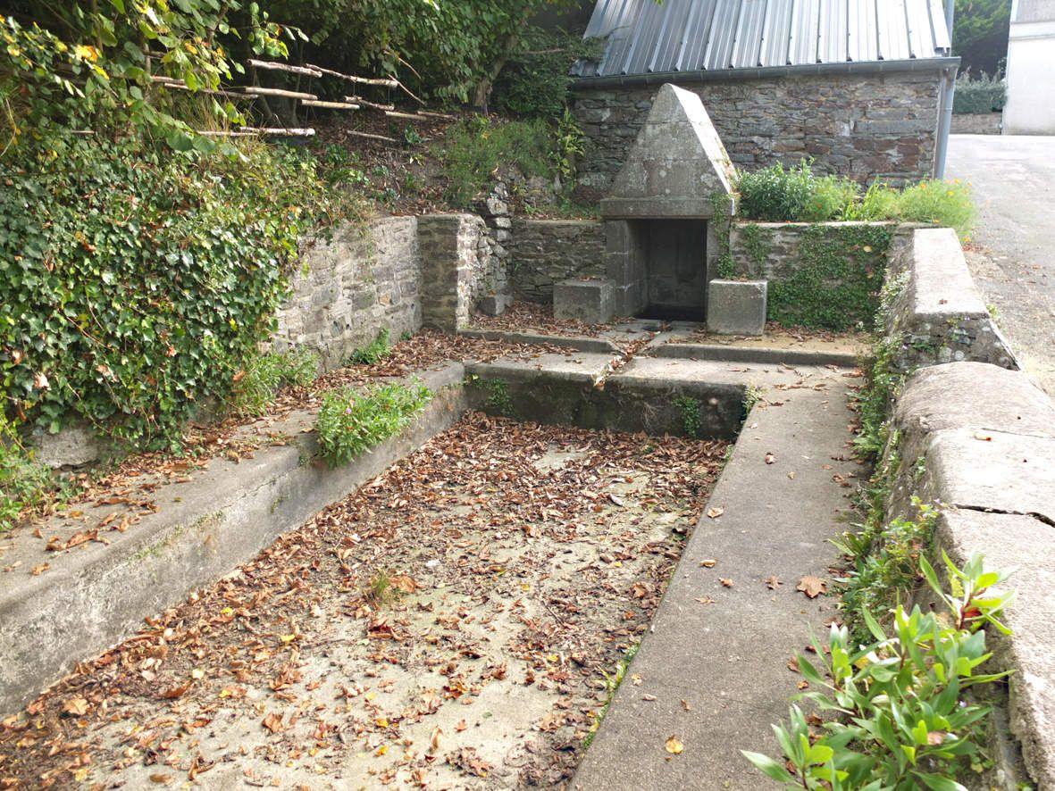 TAULE : Fontaine et lavoir du bourg