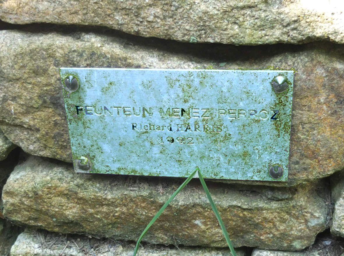 PLOUGUERNEAU : Fontaine de Menez Perroz plaque