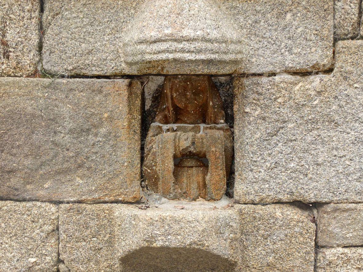 LOC-EGUINER-SAINT-THEGONNEC : Fontaine Saint-Eguiner statue