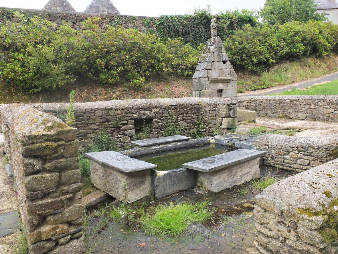 LOC-EGUINER-SAINT-THEGONNEC : Fontaine et lavoir Saint-Eguiner