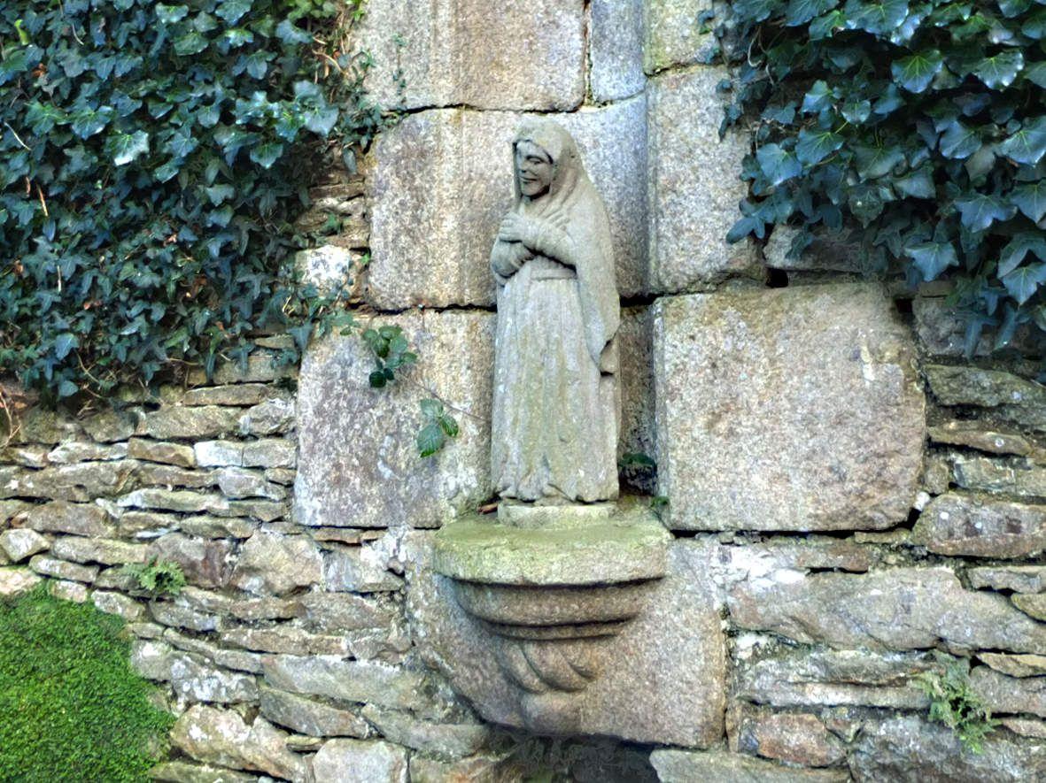 BODILIS : Fontaine de la Vierge noire statue