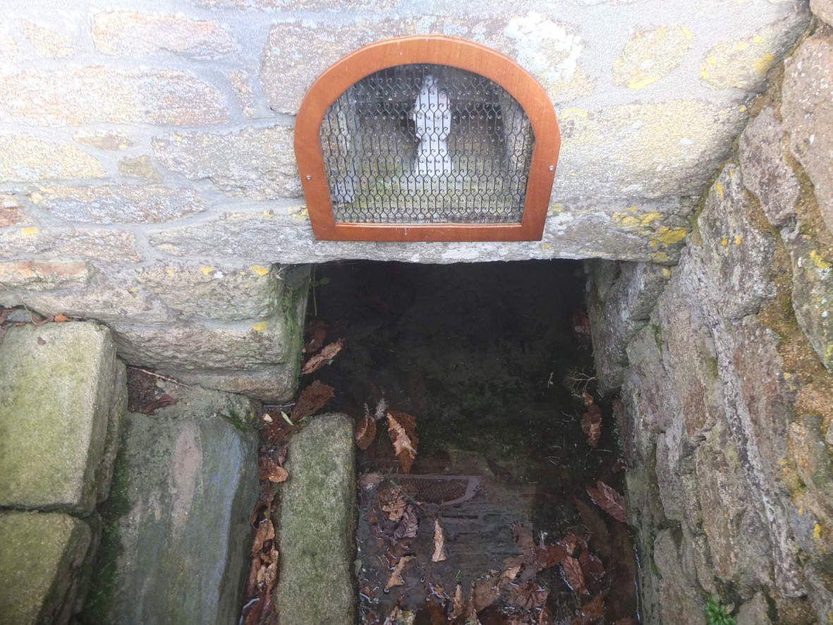 KERNOUES : Fontaine Notre-Dame de la clarté
