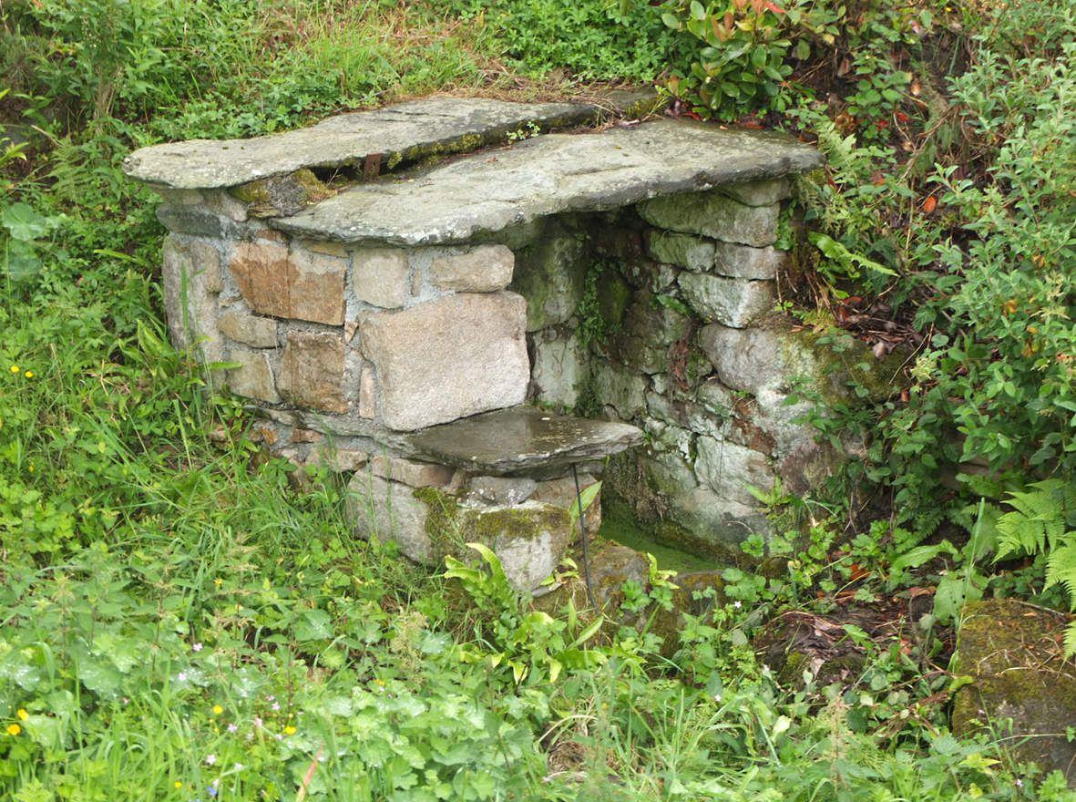 PLESTIN-LES-GREVES : Fontaine de Kerjézéquel
