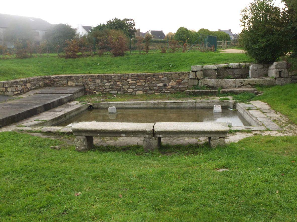 LESNEVEN : Fontaine et lavoir de la place de la Résistance