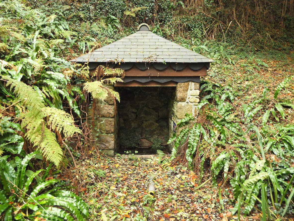 SAINT-QUAY-PERROS : Fontaine du Zalo