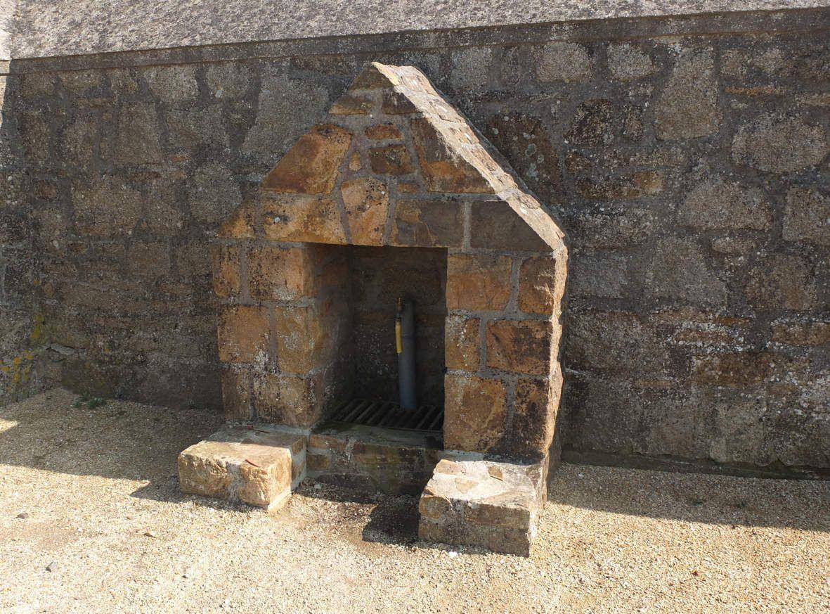 PLOUGASNOU : Fontaine de Run Even