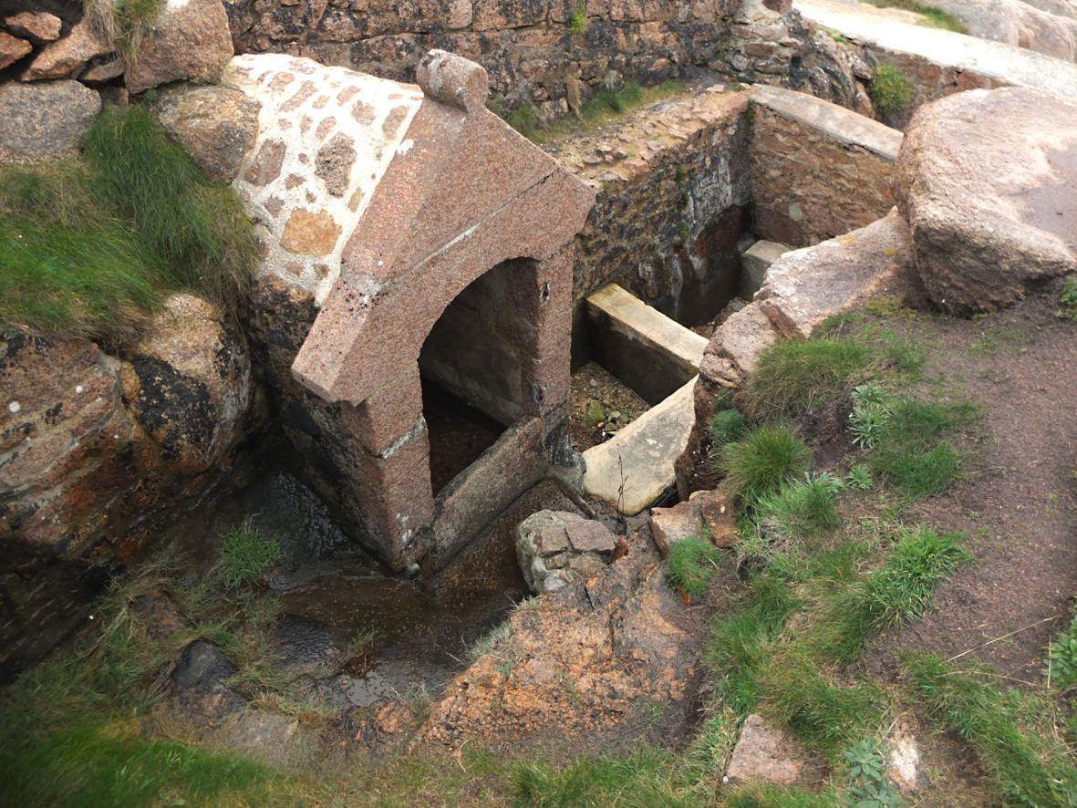 PERROS-GUIREC : Fontaine de Mean Ruz