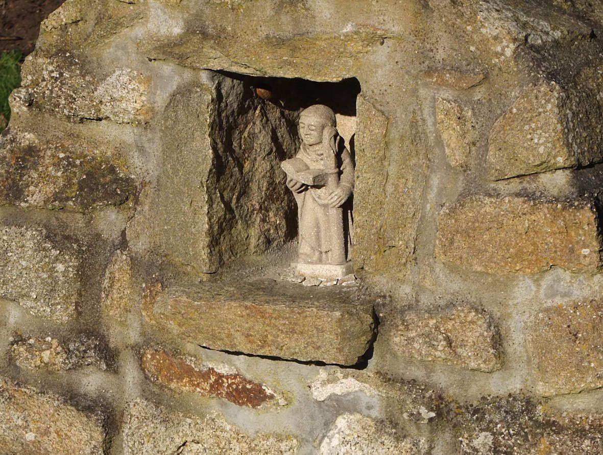 PLOUNEOUR-TREZ : Fontaine Saint-Enéour statue