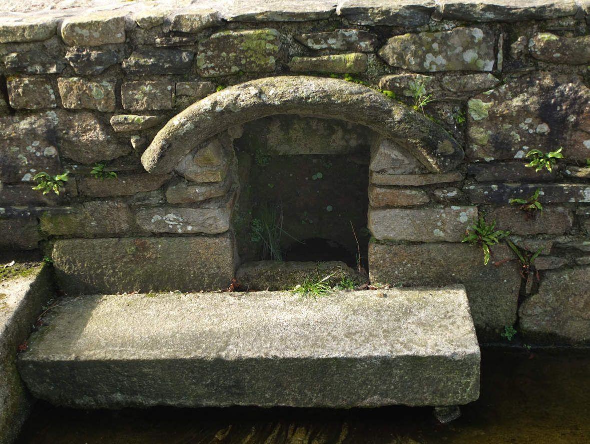 LOC-BRÉVALAIRE : Fontaine du bourg