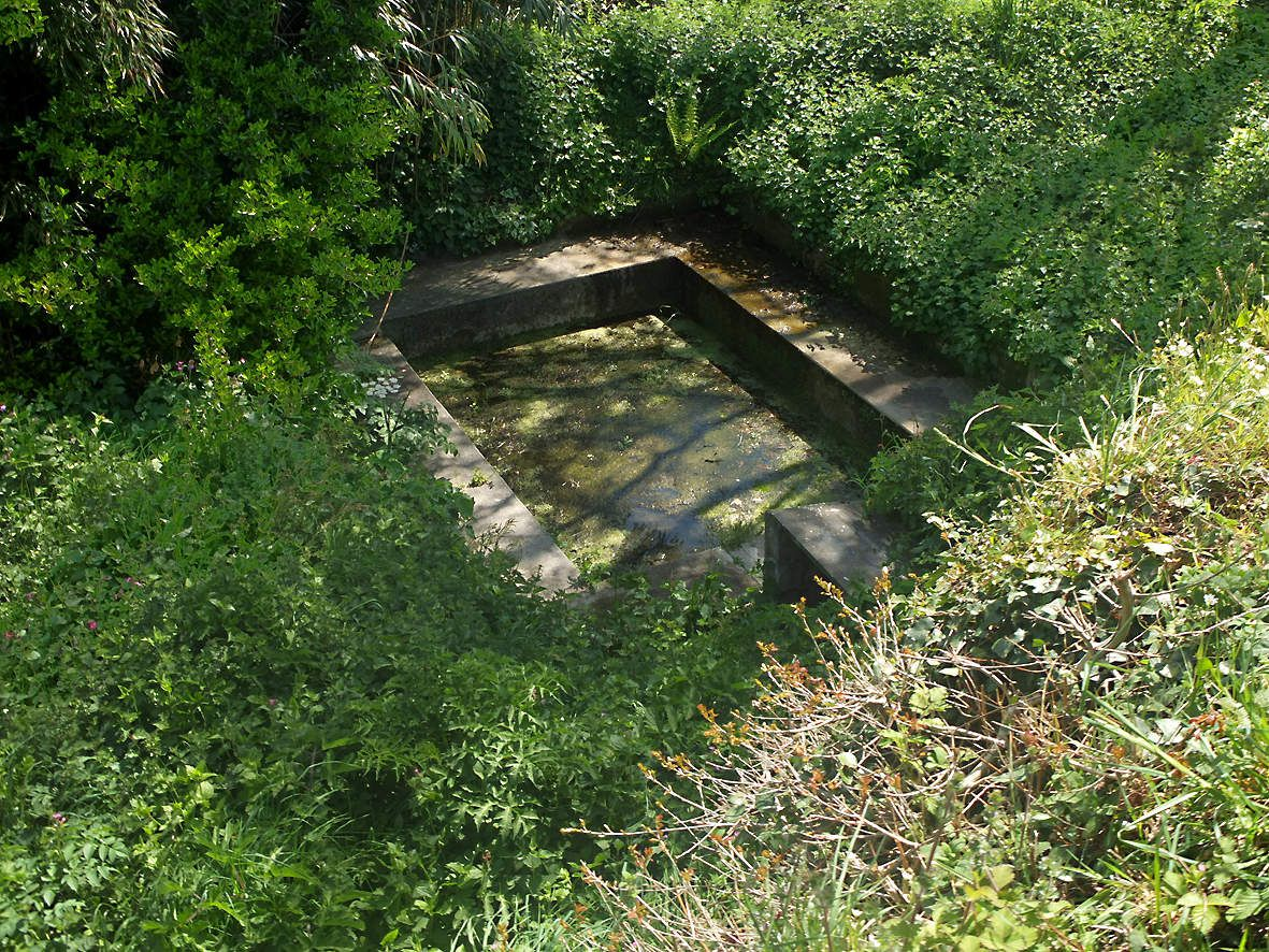 PLOUEDERN : Fontaine et lavoir de Roscanvel