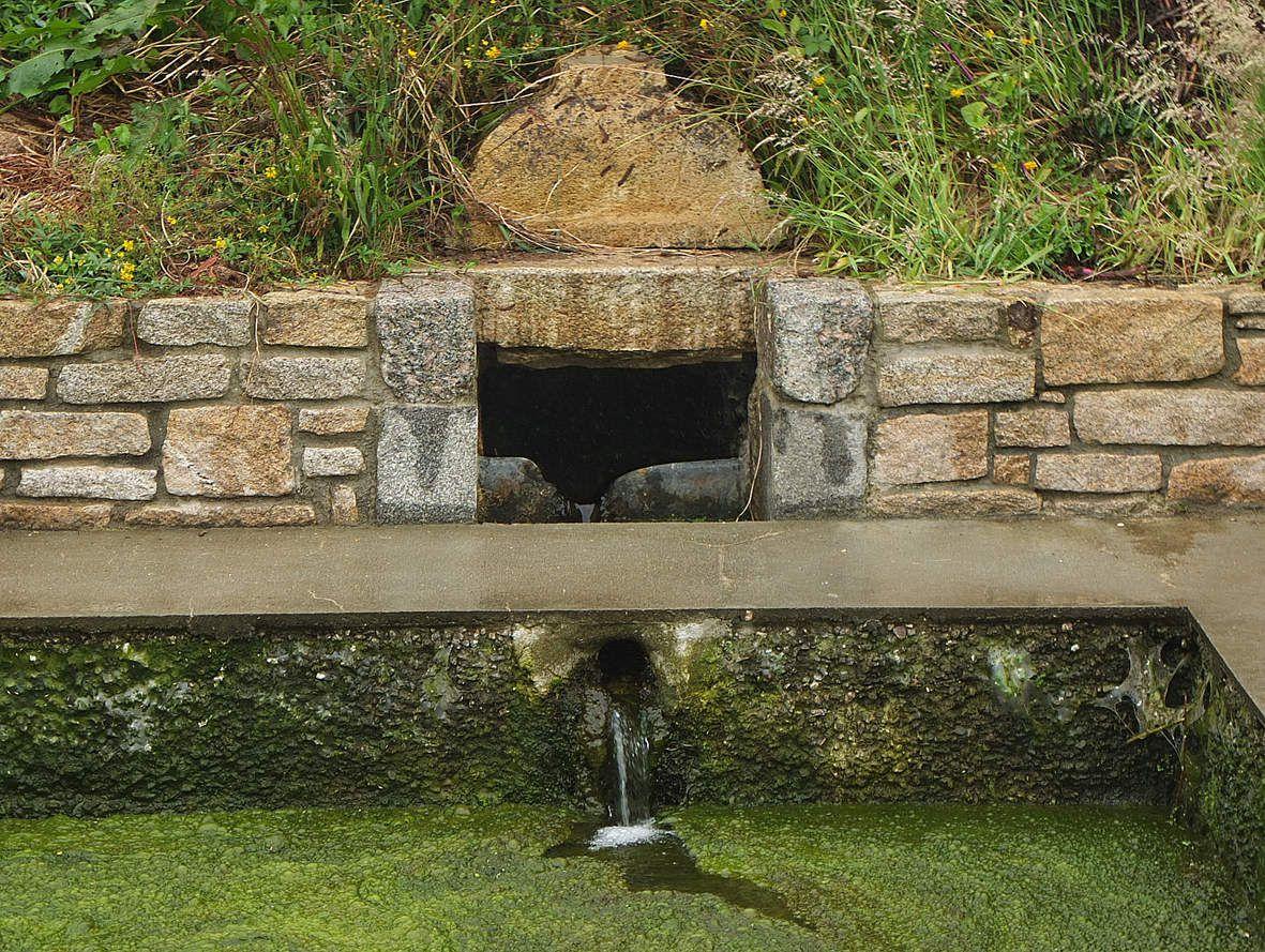 GUIPAVAS : Fontaine de la rue de Paris