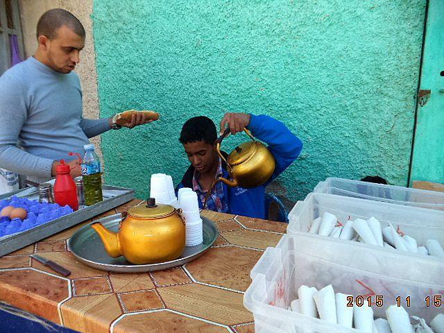 Le jeune Moulay chez qui nous nous rendons tous les matins pour savourer son thé . Malgré son jeune age il a surpassé ses aînés dans la préparation d'un excellent thé que les gens viennent de loin pour le déguster.