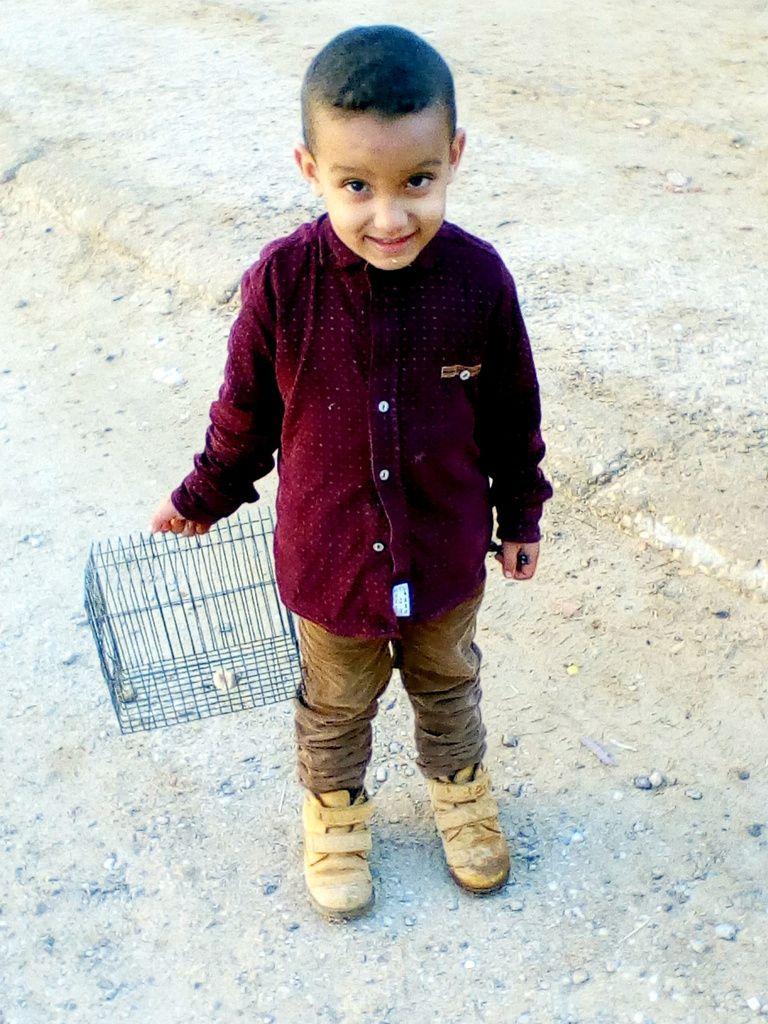 Houssam! Il faut dire à ton grand-père de t'acheter un locataire à ta cage vide !( photo 3) Photos 4 et 5 le petit Islam -Photo 6 : Ayachi , le paternel en train de se dégourdir les jambes après toute une semaine de labeur.