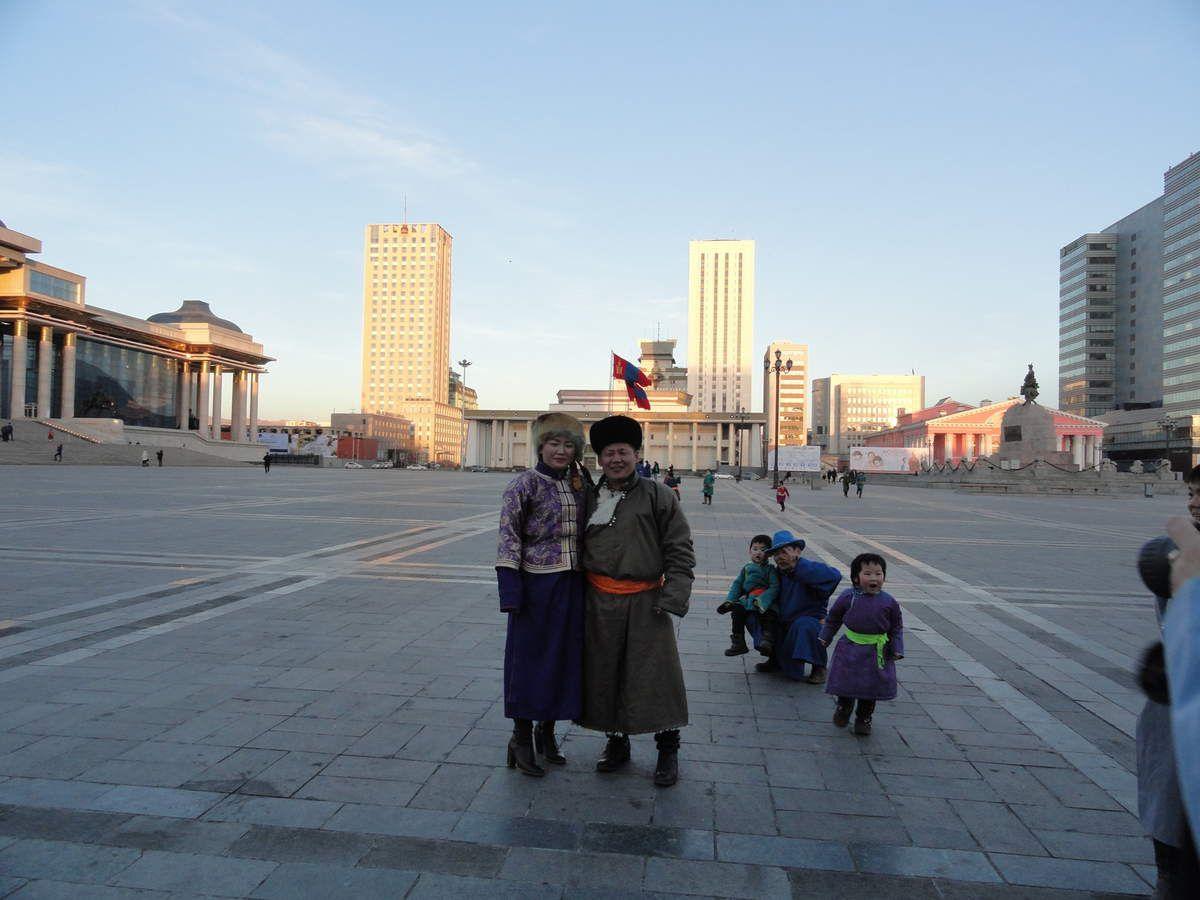 Pour le Tsagaan car, beaucoup de Mongols se baladaient en famille, vêtus du deel mongol