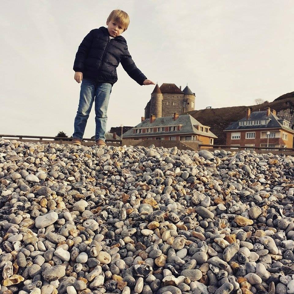 Une plage et des galets en hiver