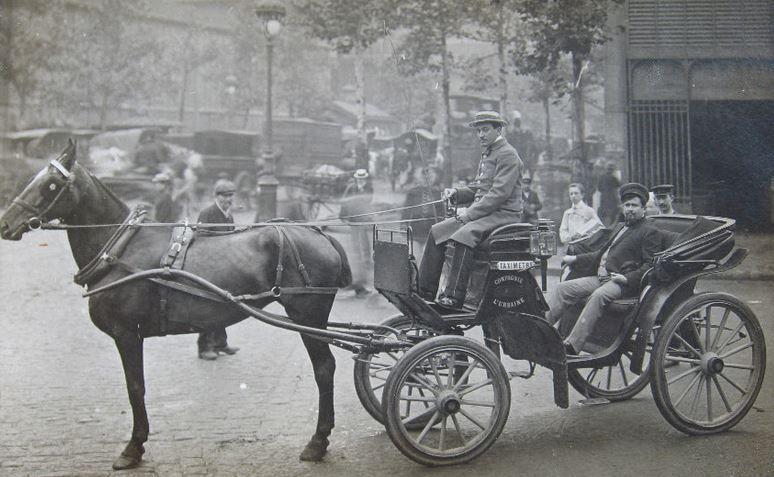 Une voiture de l'Urbaine et son taximétreur
