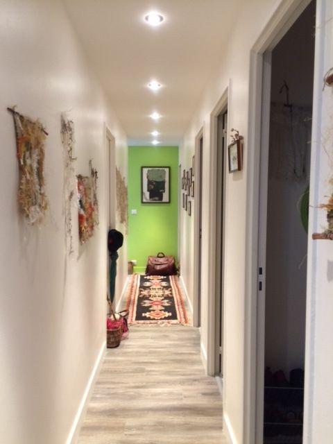 Le vert attire le regard vers le fond du couloir et invite à découvrir le reste de l'espace