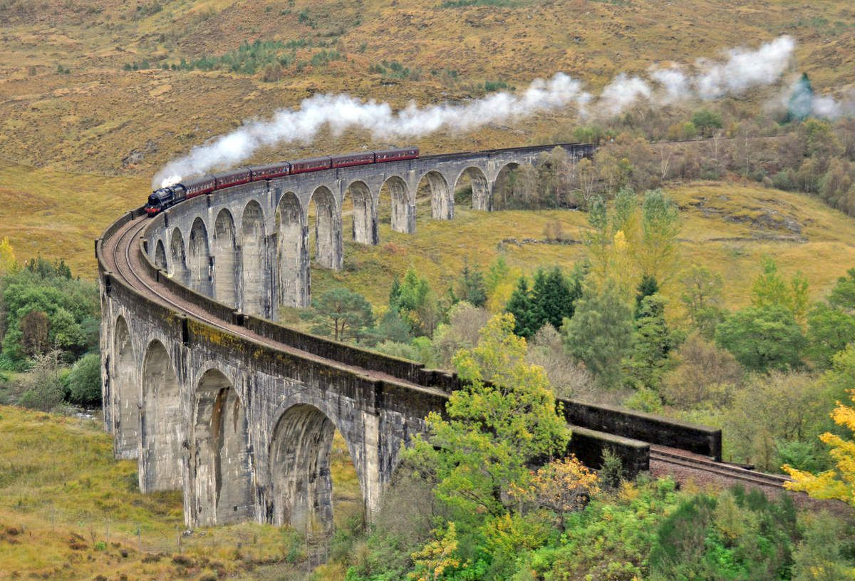 Dans le Nord de l'Ecosse, le train dit de JACOBITE : dans le train d'Harry Potter. Imge viaduc de Glenfinnan
