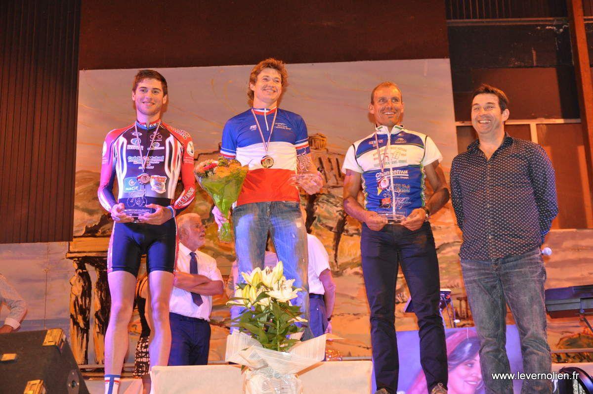 les podiums des différentes catégories course contre la montre et ensuite course en ligne