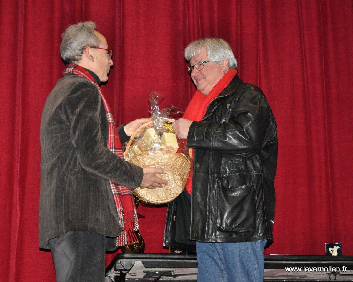Gérard Blanchard félicité par le Maire de Verneuil Yves-Marie Rivemale.