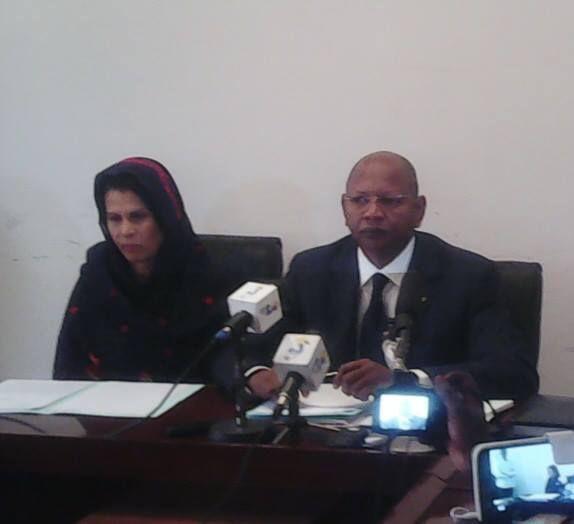 Photo (le ministre face aux journalistes hier matin dans son cabinet)