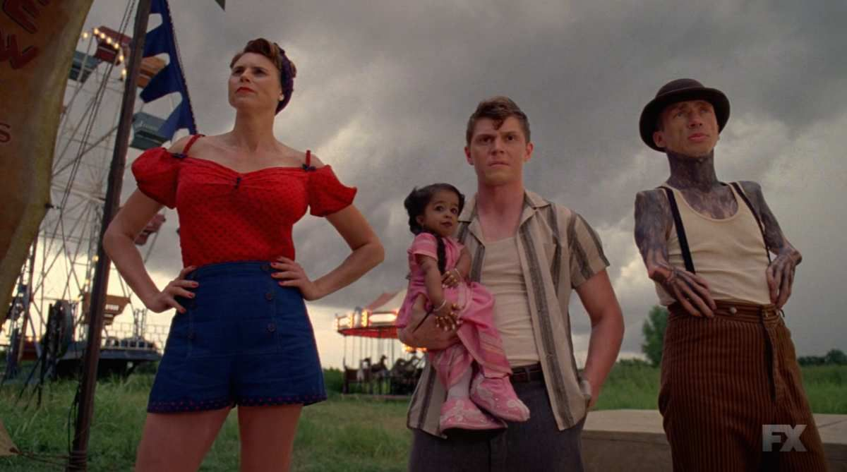 Quelques Freaks : (de gauche à droite) Amazon Eve (Erika Ervin, une femme transgenre mesurant plus de 2 mètres), Ma Petite ( Jyoti Amge), Jimmy Darling (Evan Peters) et Paul ( Mat Fraser)