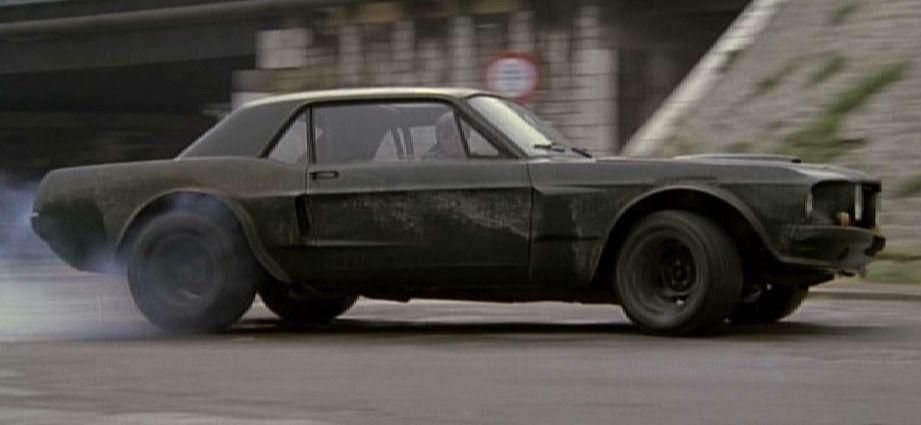 """Les accessoires de Requiem : la Ford Mustang de Belmondo dans """"Le Marginal"""" (la vraie, si ! si !), et un Désert Eagle..."""