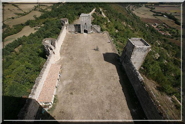 Depuis le sommet du donjon, je surveille l'entrée fortifiée