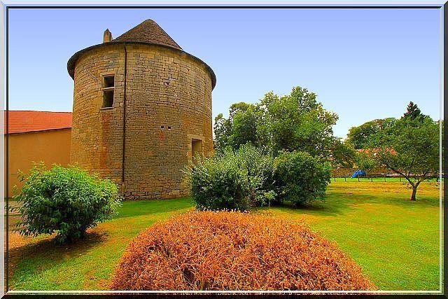 Est ce un pigeonnier, un château d'eau ou une tour médiévale ?