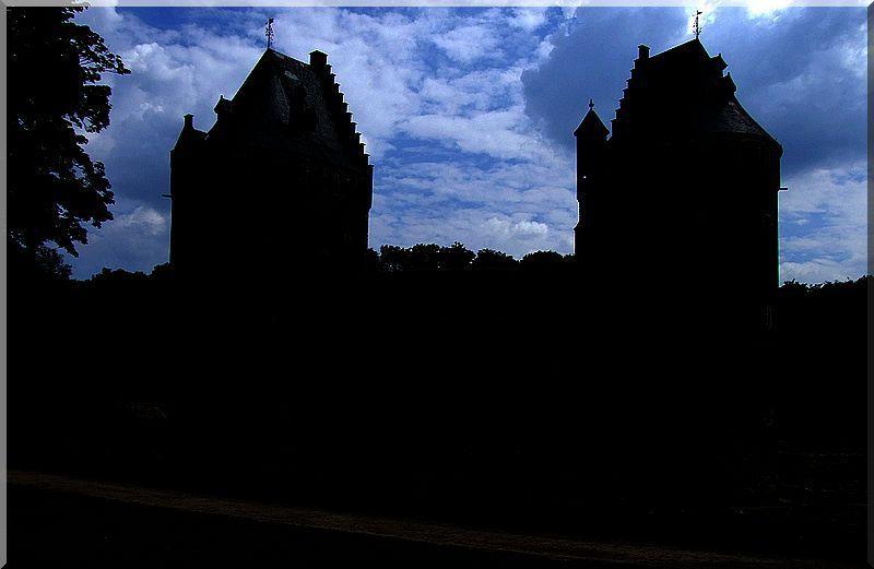 La nuit tombe, mais l'histoire du château se lève
