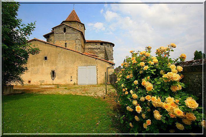 Les fleurs prennent la couleur de l'église