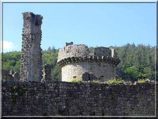 La tour Nord et le donjon semblent papoter de leurs exploits passés