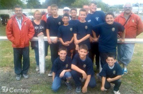 Les neuf jeunes pétanqueurs du Cher qui iront aux championnats de France, en août prochain, à Nevers, en compagnie des éducateurs du comité du Cher.