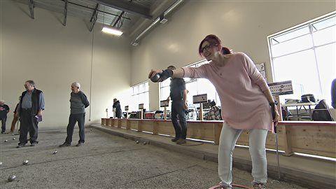 Johanne Petit, nouvelle retraitée, a eu la piqûre pour la pétanque.   Photo : ICI Radio-Canada