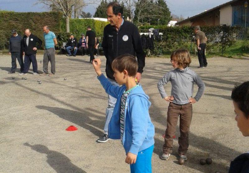 Les enfants du TAP pétanque s'exercent sous l'œil vigilant de Jean-Louis Recoura