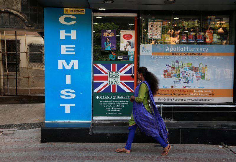 Une femme marche le long d'une pharmacie à Mumbaï, en Inde, le 28 avril 2017. Credit: Reuters/Files