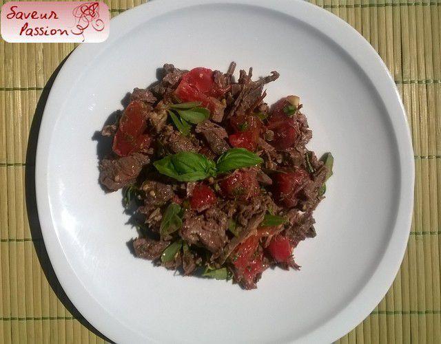 Salade d'effilochée de boeuf et tomate au basilic et aux câpres