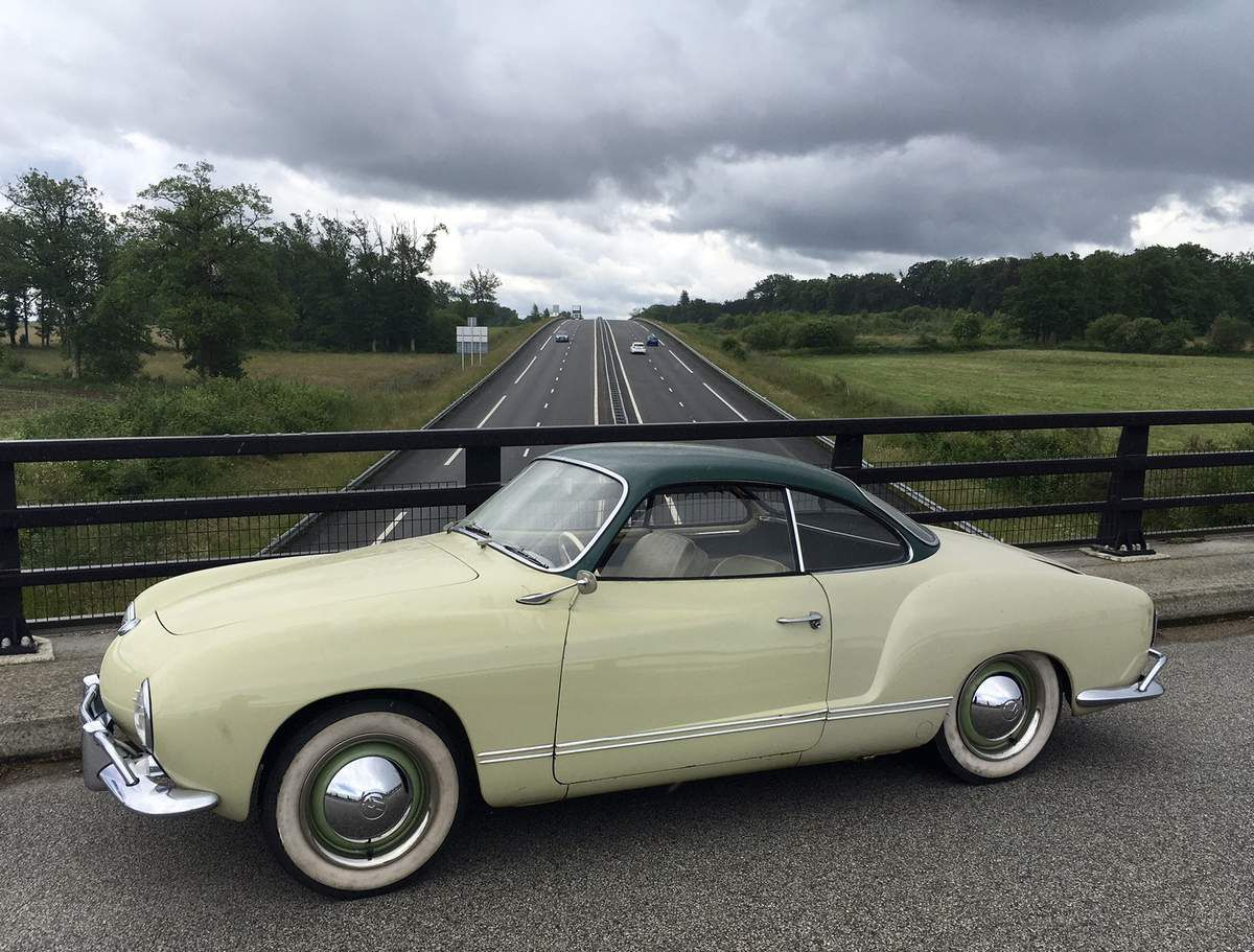 vw karmann ghia avec sa bache johnny lightning 1 64 car collector. Black Bedroom Furniture Sets. Home Design Ideas