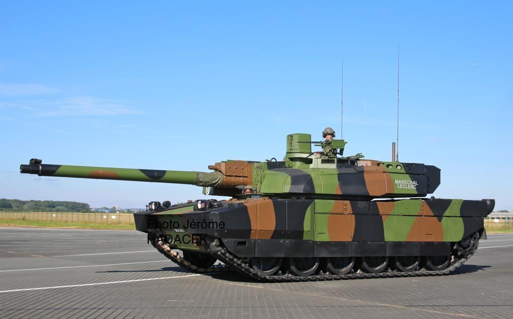 Le char Leclerc baptisé... Maréchal Leclerc et le dépanneur DCL