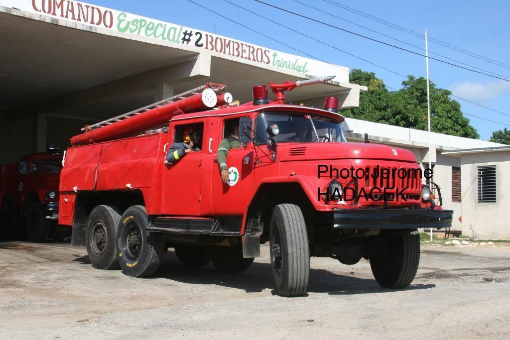 Cuba, c'est aussi des casernes de pompiers comme dans tous les pays du monde, alors pour les passionnés de véhicules rouges, voici un Berliet GAK grande échelle surpris dans une courette de la Havanne, et un ZIL rentrant au garage dans la caserne de Trinidad.
