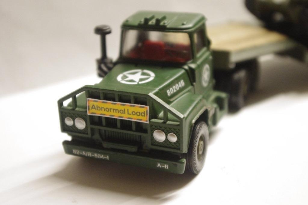 Tracteur MACK avec semi-remorque porte-engin (par Jean-Pierre B.)