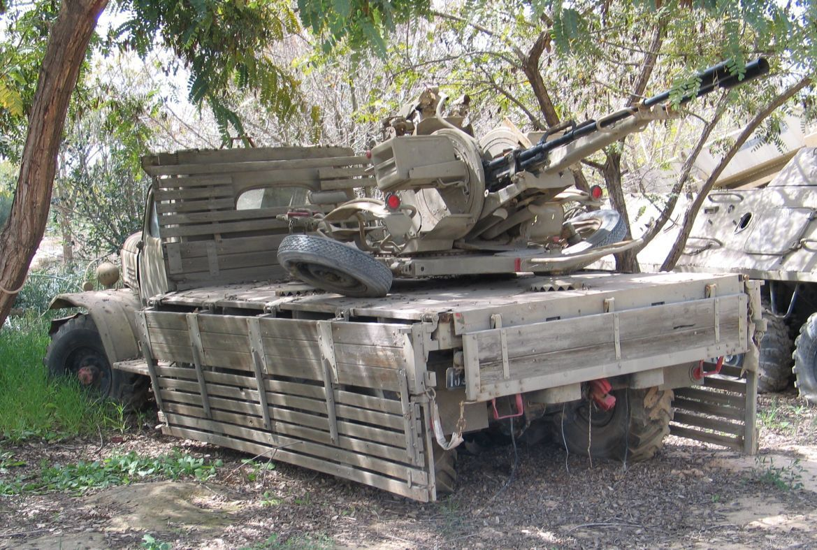 Camion ZIL 131 avec canon anti-aérien  ZU-23-2 au 1/43 (par Hervé C.)