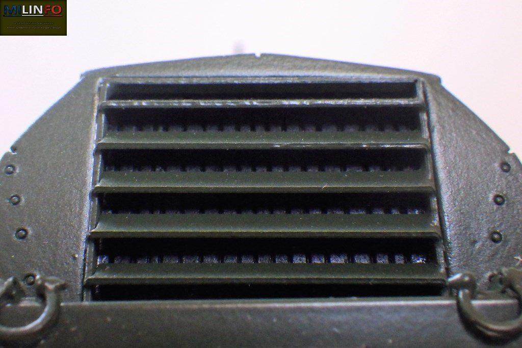 Un gros plan sur le radiateur, pourtant peu visible derrière les volets du blindage, restitue parfaitement les ailettes de radiateur.