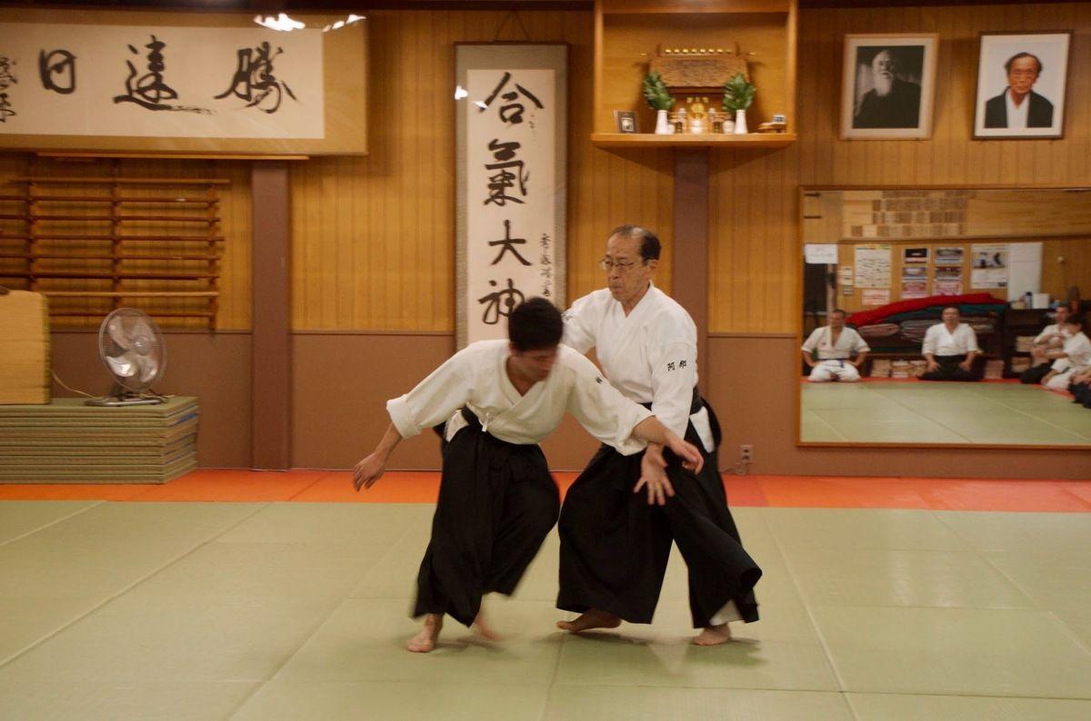 Abe Houn dans le dojo fondé par son père, Abe Seïseki, où Osenseï vint régulièrement. Ses calligraphies ornent les murs.