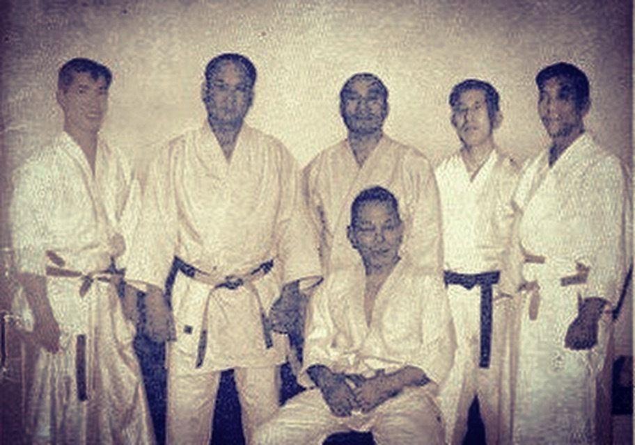 De gauche à droite, Noro Masamichi (Aikido), Michigami Haku (Judo, Karate), Abbe Kenshiro (Judo, Aikido, Kendo), Harada Mitsusuke (Karate), Nakazono Mutsuro (Aikido), and seated Otani Masutaro (Judo). Les pionniers du Budo réunis pour une démonstration légendaire au Royal Albert hall à Londres en novembre 63