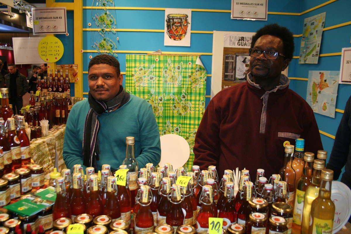 """Ménard Lami de Bouillante et Benoît Foucan de Petit-Canal, font partie des 21 producteurs de la SICA Myel péyi. Ils ont amené 824 kilos de miel au salon. Depuis que la filière apicole a commencé à se structurer autour d'Apigua et d'Iguavie, 40 % des besoins locaux sont couverts par les 120 apiculteurs de l'archipel (dont 97 à Apigua). """"Pour être pro, explique Ménard, il faut 60 ruches. Si vous en avez 30, Iguavie vous permet de vous former pour passer professionnel."""" Benoît Foucan a reçu une médaille d'or au concours général agricole pour son miel foncé. Tony Prudent de Marie-Galante a eu aussi l'or et Gérard Velin de Morne-l'Eau, l'argent."""
