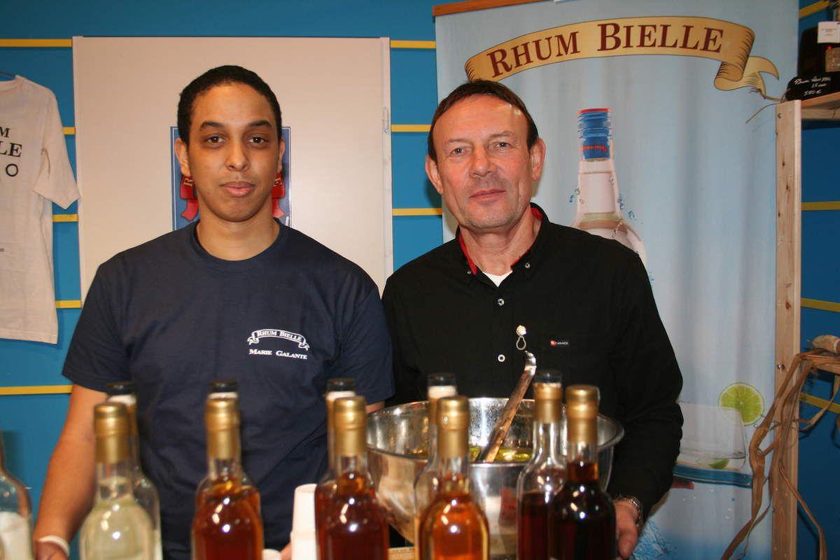 Malcolm Bauche et Jacques Larent, ex des cognac Martell et juré du concours général des rhums, au stand Bielle.
