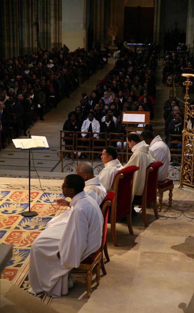 La nef de la basilique cathédrale de Saint-Denis était pleine de fidèles pour cette messe anniversaire célébrée par quatre officiants parmi lesquels les pères Nicolas Maine et Triet Bui et le diacre Philippe Pavilla.